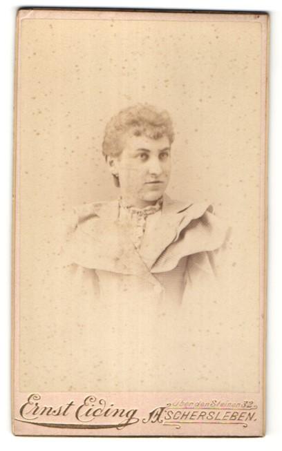 Fotografie Ernst Eiding, Aschersleben, Portrait junge hübsche blonde Frau in Rüschenjacke