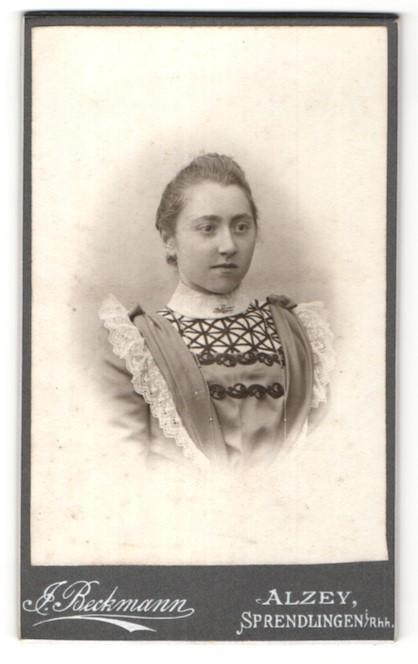 Fotografie Atelier Beckmann, Alzey, Portrait junge hübsche Frau im edlen Kleid mit Spitze