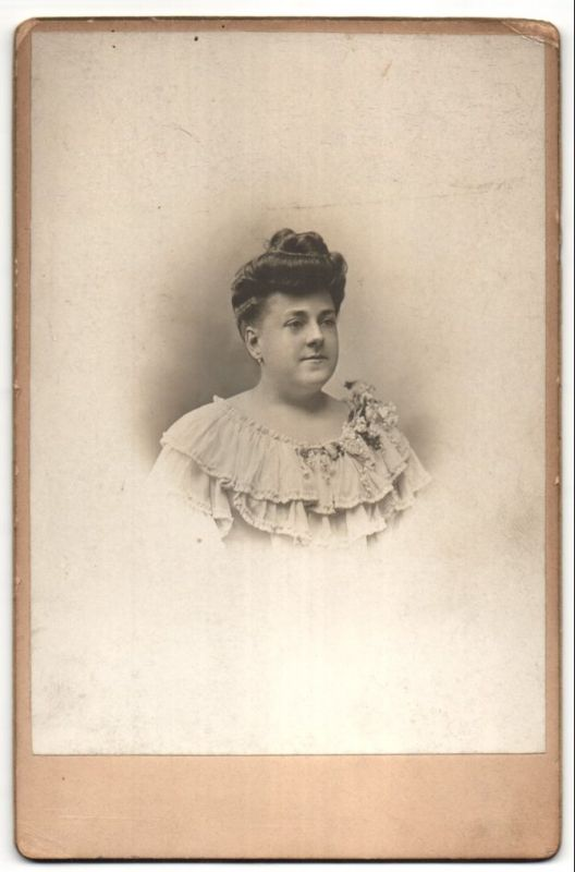 Fotografie Grands Magasins, Paris, Portrait junge hübsche Dame mit Dutt in edler Rüschenbluse