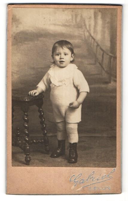 Fotografie Gabriel, Melun, Portrait Kleinkind im gestrickten Einteiler