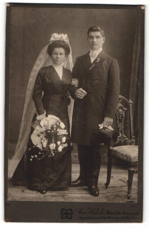 Fotografie Max Hofele Munchen Edles Paar In Hubscher Brautmode Mit