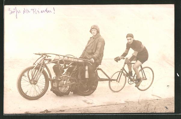 Foto-AK Steher, Fahrrad und Motorrad auf Rennstrecke