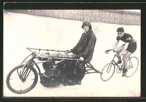 Foto-AK Schrittmacher und Radrennfahrer, Motorrad und Fahrrad