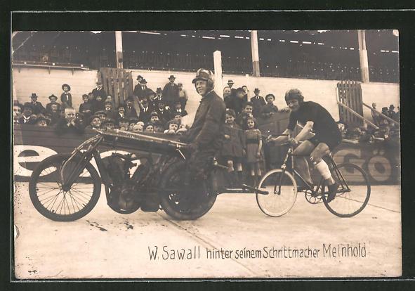 Foto-AK W. Sawall hinter seinem Schrittmacher Meinhold, Fahrrad und Motorrad