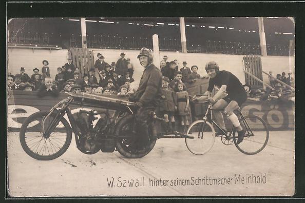 Foto-AK W. Sawall hinter seinem Schrittmacher Meinhold, Motorrad und Fahrrad auf Rennstrecke