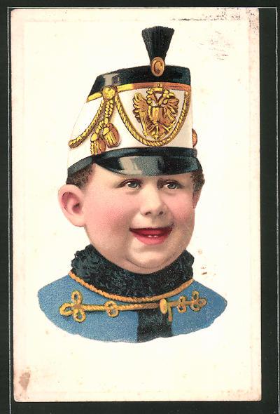 Präge-AK Portrait lachender Junge in Uniform mit Tschako