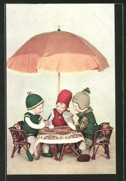 AK Nix und Pix und Guckdichum sitzen um den Tisch herum..., Käthe Kruse-Puppen mit Kartenspiel
