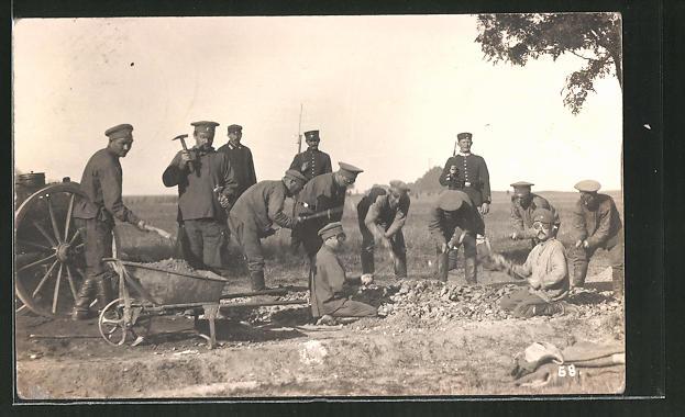 Foto-AK Russische Kriegsgefangene bei der Zwangsarbeit