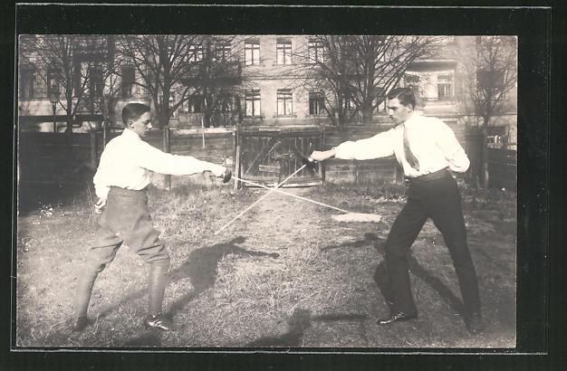 Foto-AK Zwei junge Herren beim Fechten im Freien