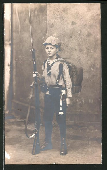 Foto-AK Knabe mit Gewehr mit aufgepflanztem Bajonett und Pickelhaube-Überzug
