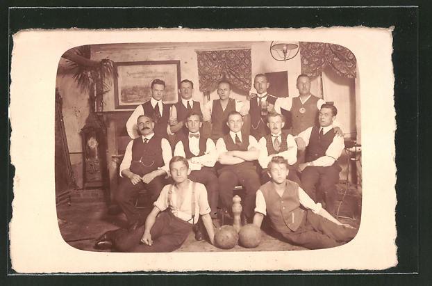 Foto-AK Gruppenbild Männer mit Kugeln und Kegel