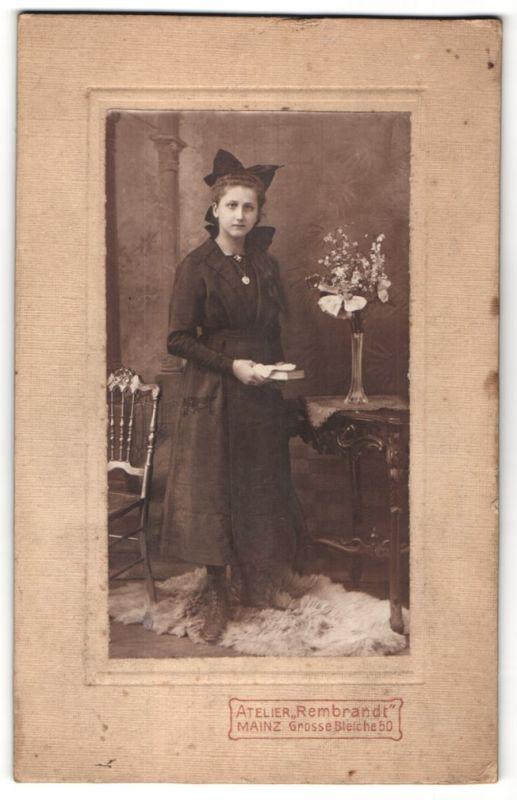 Fotografie Atelier Rembrandt, Mainz, junge hübsche Dame im schwarzen Kleid und Haarschleife
