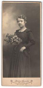 Fotografie Atelier Gericke, Berlin, hübsche junge Dame mit Blumenstrauss