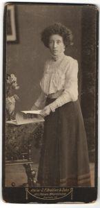 Fotografie C. F. Beddies & Sohn, Braunschweig, Portrait Dame mit Hochsteckfrisur
