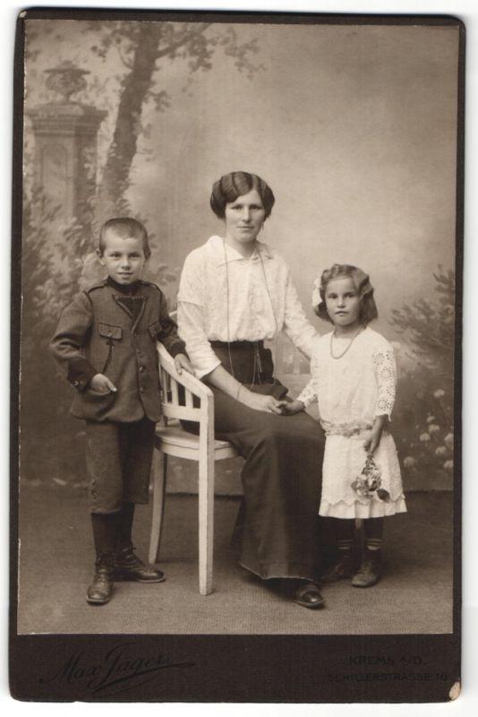 Fotografie Max Jäger, Krems a/D, Portrait Mutter mit kleiner Tochter und Sohn