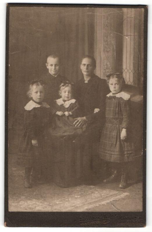 Fotografie E. Kregeloh, Mannheim, Portrait Mutter mit vier Kindern