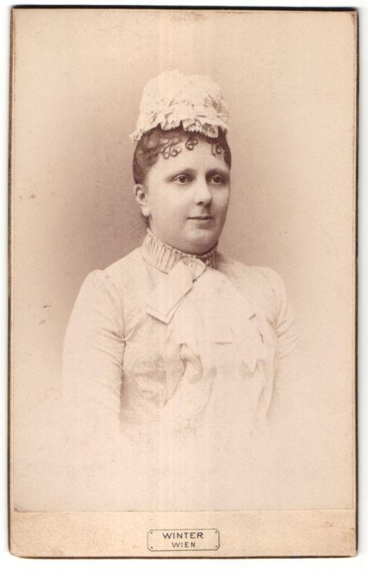 Fotografie Winter, Wien, Portrait Dame mit zeitgenöss. Kopfbedeckung
