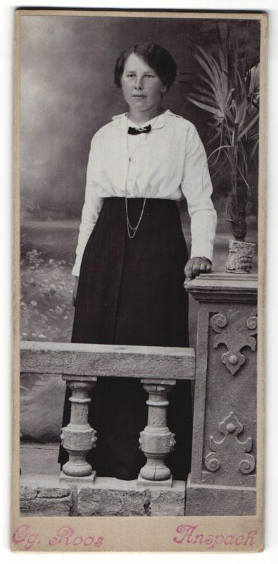 Fotografie Eg. Roos, Anspach, Portrait junge Frau in zeitgenöss. Kleidung