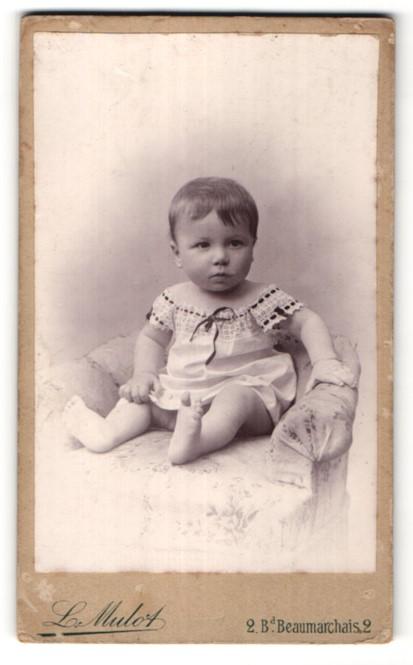 Fotografie L. Mulot, Paris, Portrait Kleinkind mit nackigen Füssen