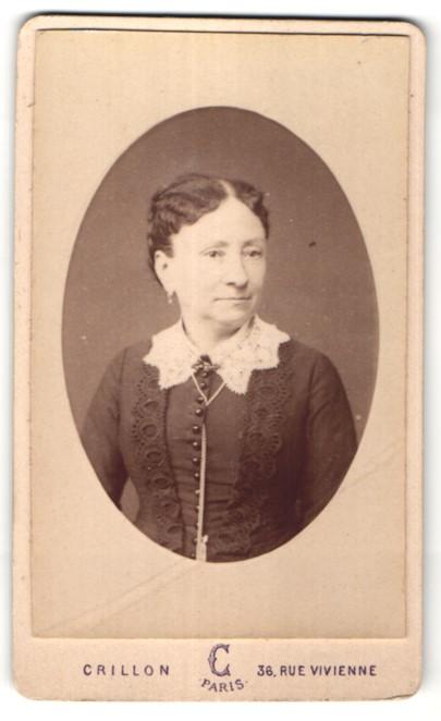 Fotografie Crillon, Paris, Portrait edle Dame mit dunklem Haar und Spitzenkragen