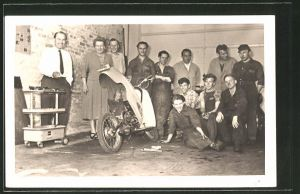 Foto-AK Besitzer und Arbeiter einer Motorroller-Werkstatt