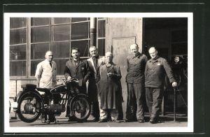 Foto-AK Arbeiter einer BMW-Werkstatt mit Motorrad