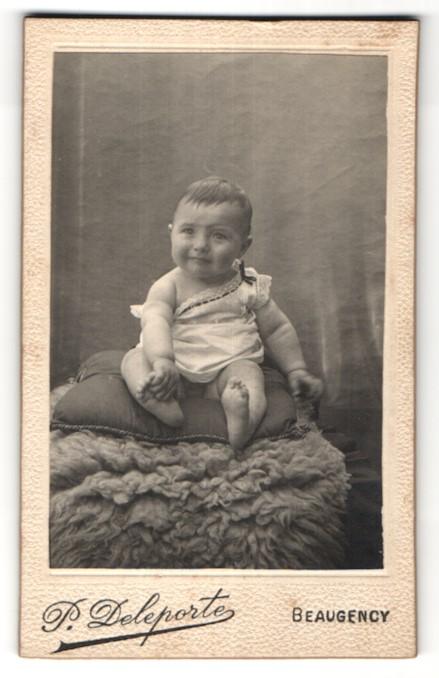 Fotografie P. Deleporte, Beaugency, Portrait Säugling mit nackigen Füssen