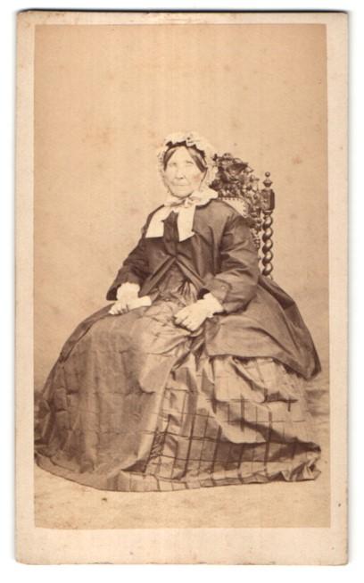 Fotografie Capelle, St. Brieuc, Portrait Greisin in zeitgenössischem Kleid