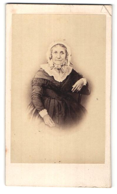 Fotografie Durand, Lyon, ältere Dame mit Rüschenhaube im prachtvollen Kleid