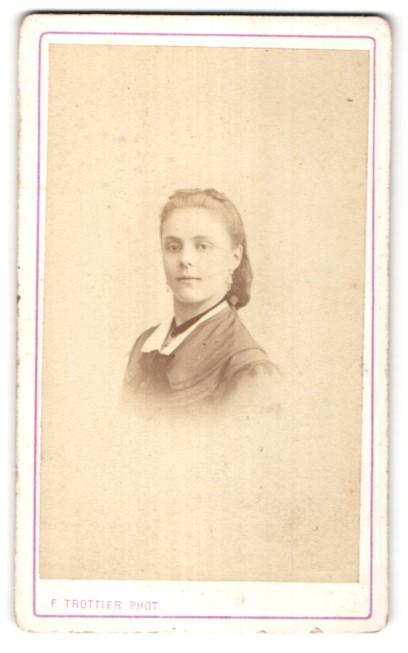 Fotografie F. Trottier, Clermont, Portrait hübsche junge Frau mit Haarband und Halskette