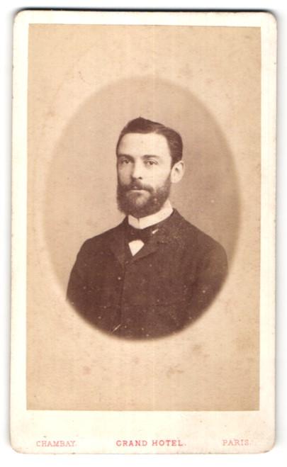 Fotografie Chambay, Paris, Portrait junger dunkelhaariger Mann mit Vollbart