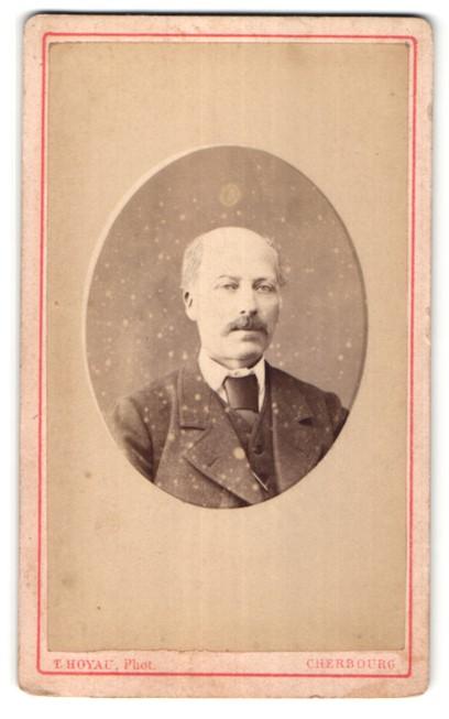 Fotografie T. Hoyau, Cherbourg, Portrait Herr mit Oberlippenbart