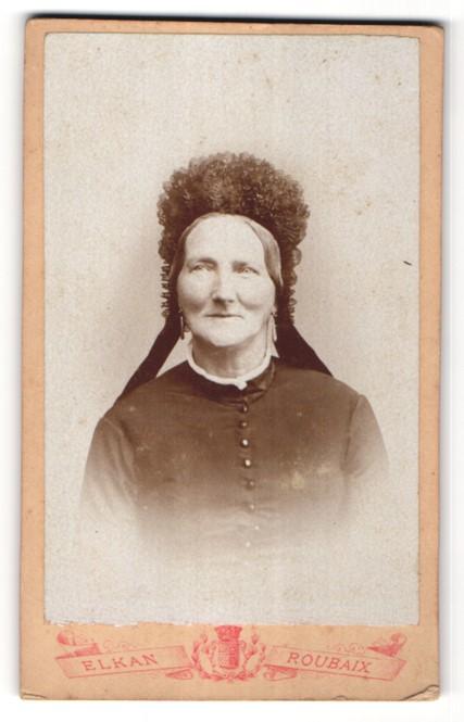Fotografie Elkan, Roubaix, Portrait Dame mit zeitgenöss. Kopfbedeckung