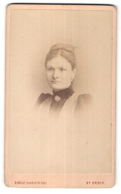 Fotografie Emil Brezinski, St. Denis, Portrait Dame mit zusammengebundenem Haar