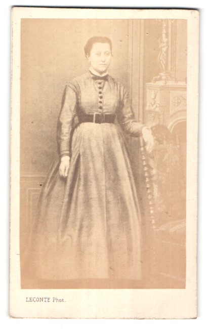 Fotografie Leconte, Paris, Portrait junge Frau in zeitgenöss. Kleid