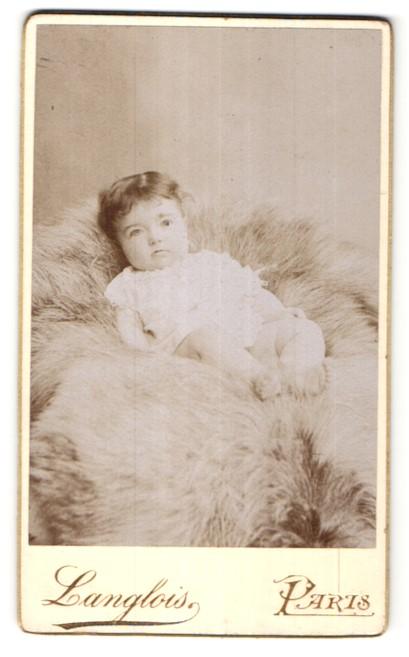 Fotografie Langlois, Paris, Portrait Kleinkind mit nackigen Füssen