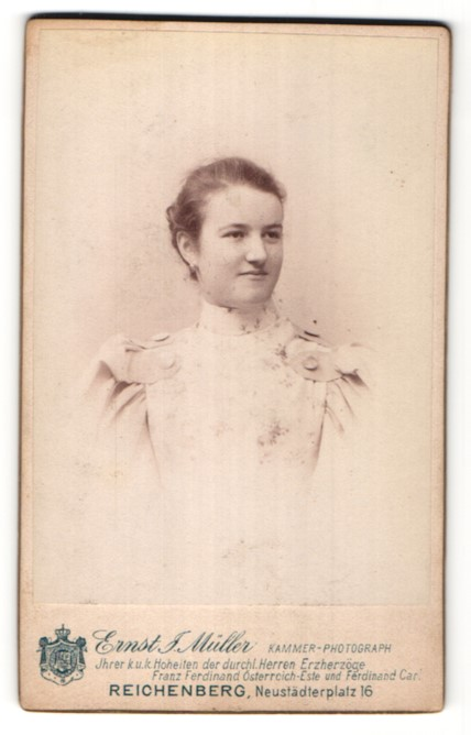 Fotografie Ernst J. Müller, Reichenberg, Portrait hübsche junge Frau in edler Rüschenbluse mit grossen Knöpfen