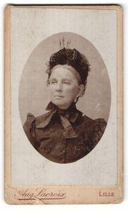 Fotografie Aug. Lacroix, Lille, Portrait ältere Dame mit schwarzem Rüschenhut und Schleife am Kragen