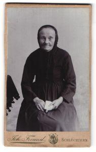 Fotografie Joh. Freund, Schlüchtern, ältere Dame im edlen Kleid mit Kopftuch