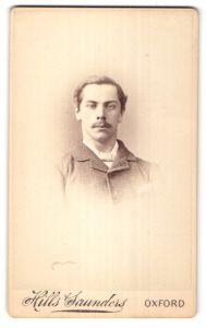 Fotografie Hills Saunders, Oxford, Portrait junger Herr mit Oberlippenbart