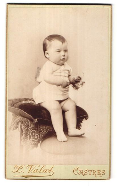 Fotografie P. Válat, Castres, Portrait Kleinkind mit nackigen Füssen