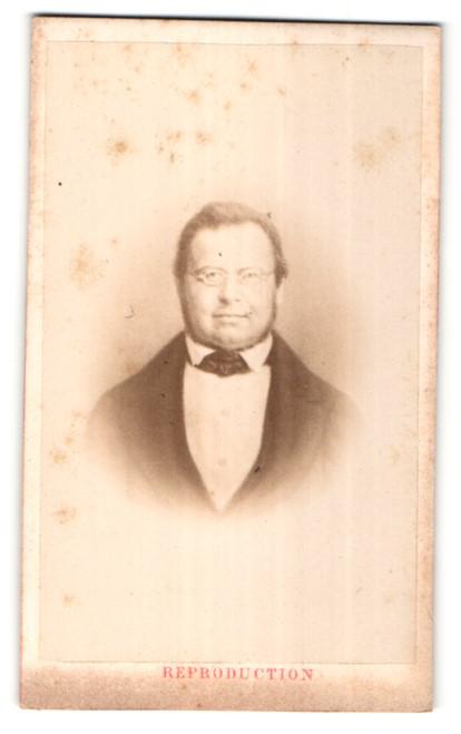 Fotografie Ch. Winter, Strasbourg, Portrait eleganter Herr im Anzug mit Krawattentuch und Brille