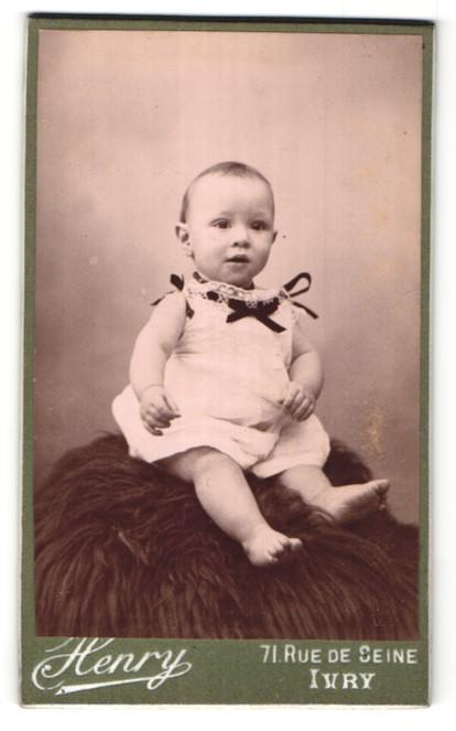 Fotografie Henry, Ivry, Portrait Säugling mit nackigen Füssen