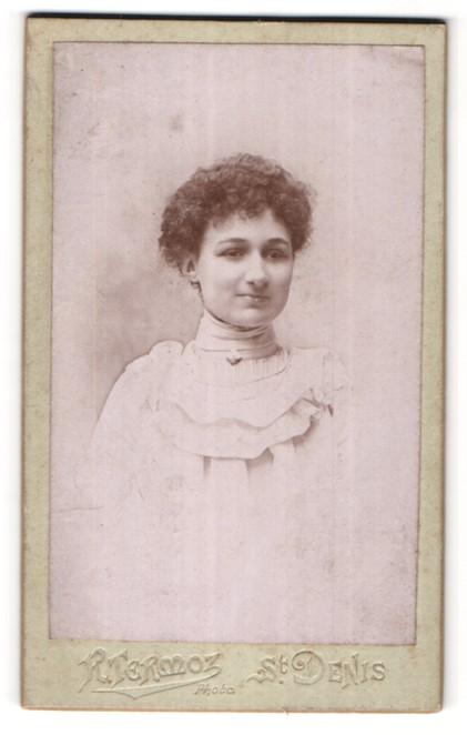 Fotografie R. Termoz, St. Denis, Portrait junge Dame mit lockigem Haar