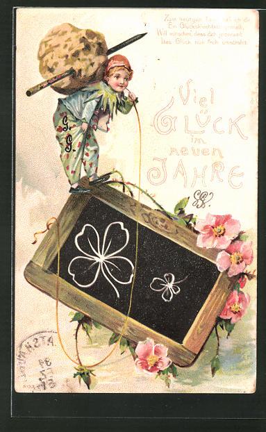 Präge-AK Junge steht auf einer Tafel mit aufgemalten Kleeblättern, Neujahr