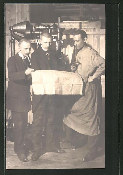 AK Fabrikarbeiter mit Bauplan vor einer Maschine