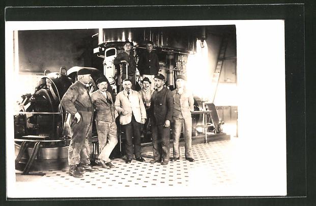 AK Fabrikarbeiter vor einer Maschine