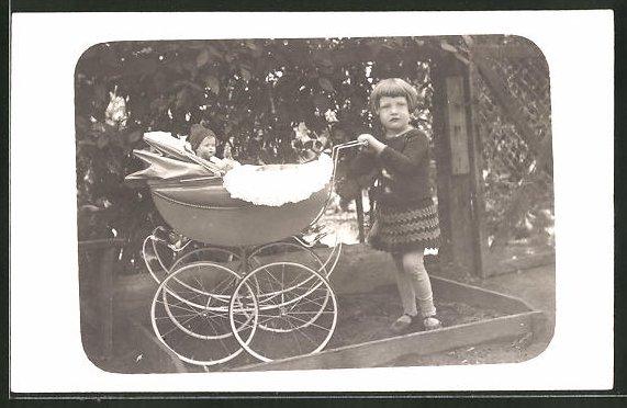 AK Mädchen fährt ihre Puppe im Kinderwagen aus