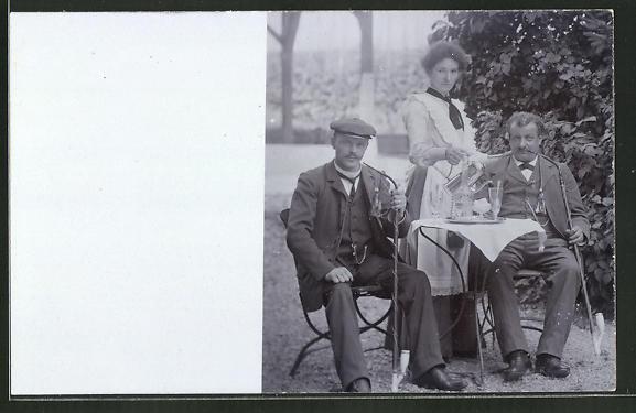 Foto-AK Dienstmädchen bedient die rauchenden Herren im Garten