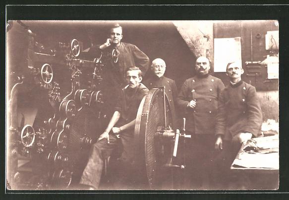 AK Fabrikarbeiter mit Maschine